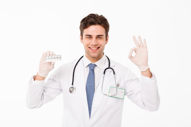 Крупным планом портрет уверенно молодой мужской доктор