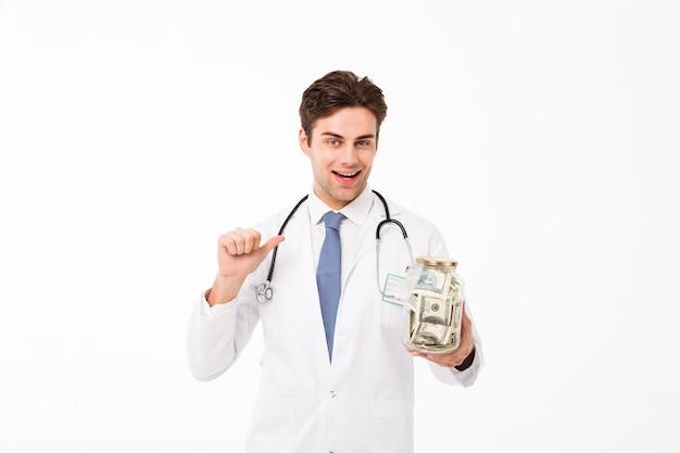 陽気な幸せな男性医師の肖像画を着て