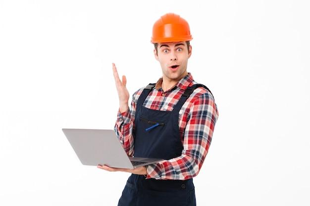 Портрет взволнованного молодого мужского строителя