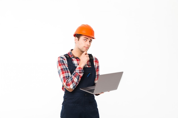 Портрет задумчивого молодого мужского строителя