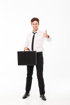 Полная длина портрет счастливого красивого бизнесмена