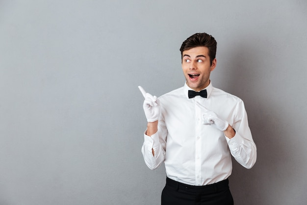 興奮した陽気な男性ウェイターの肖像画