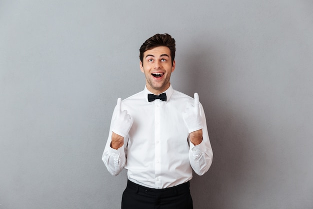 幸せな陽気な男性ウェイターの肖像画