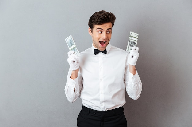 Портрет радостного веселого официанта мужского пола