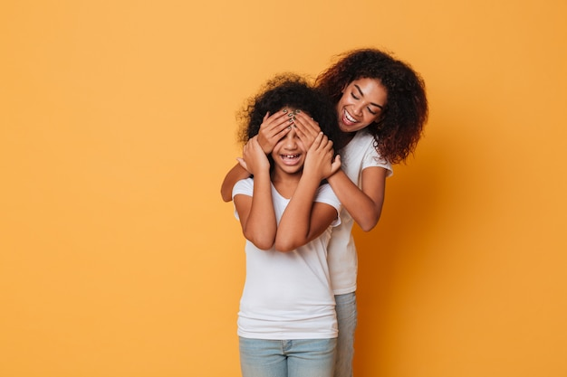 Две счастливые афро-американские сестры с удовольствием