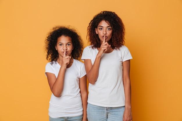 Портрет двух симпатичных афро-американских сестер