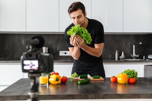 彼のビデオのブログを撮影するハンサムな若い男