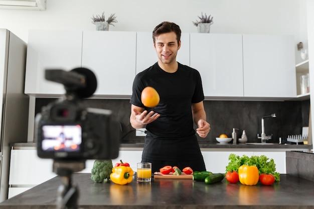 Красивый молодой человек снимает свое видео
