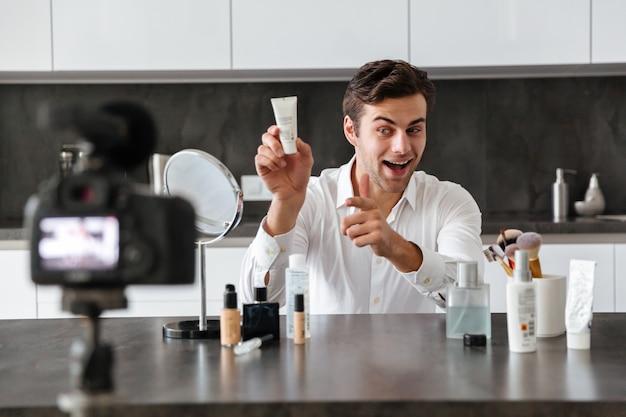 Красивый молодой человек снимает свой видео-блог