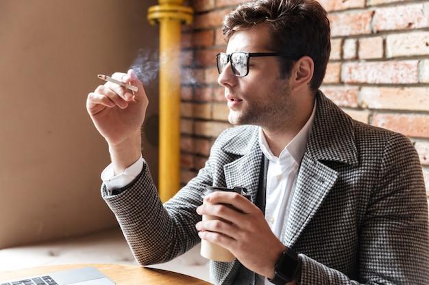 Вид сбоку задумчивого бизнесмена в очках