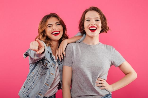 Возбужденные две подружки дамы указывают на тебя.