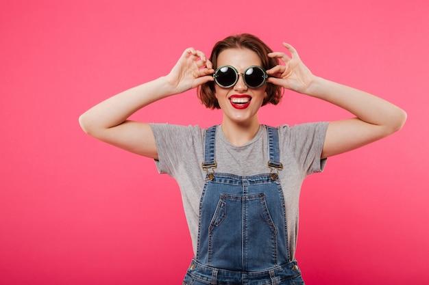 サングラスをかけている陽気な若い女性。