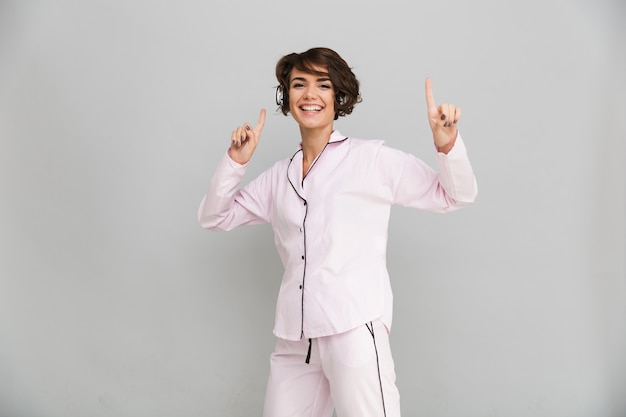 Портрет счастливой веселой женщины в пижаме