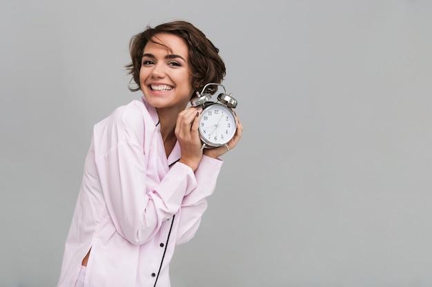 パジャマ姿で笑顔の幸せな女性の肖像画
