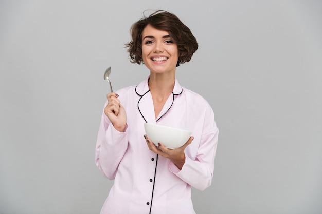Портрет радостной здоровой женщины в пижаме