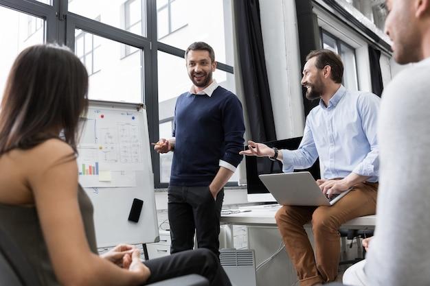 新しいアイデアを議論するビジネス同僚