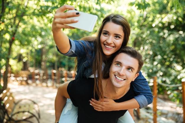愛の若い幸せなカップルの肖像画