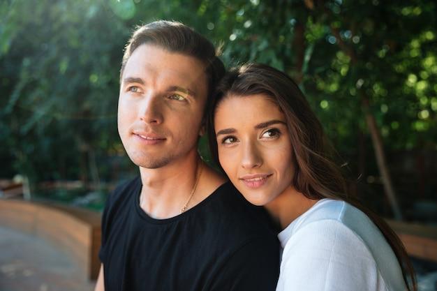 Крупным планом портрет улыбающегося привлекательной пары