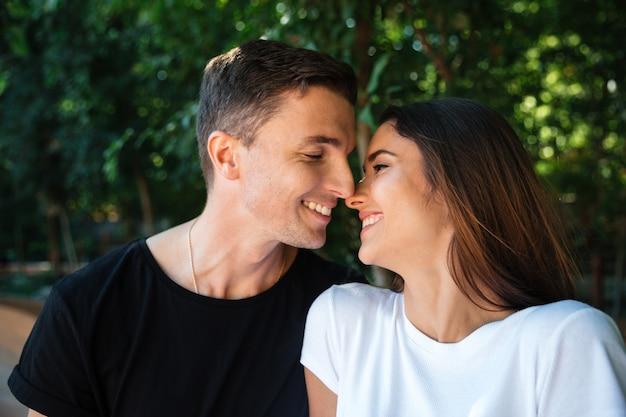 愛の幸せな若いカップルの肖像画を閉じる