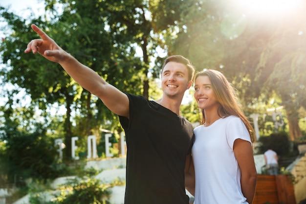 愛を抱いて笑顔幸せなカップルの肖像画