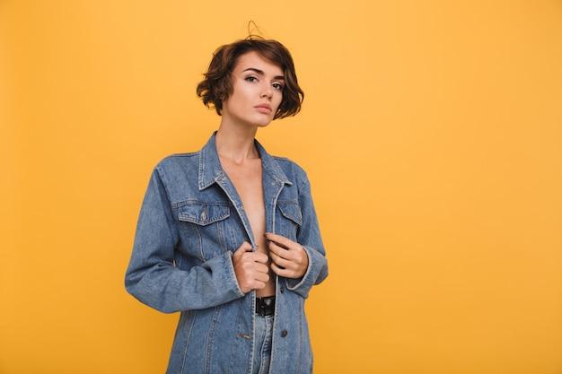 Портрет молодой привлекательной женщины в джинсовой куртке