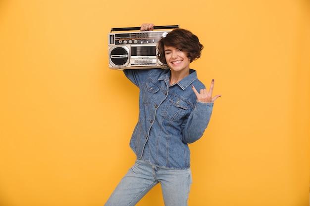 Портрет улыбающейся веселой женщины, одетой в джинсовую куртку