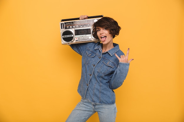 Портрет смешной радостной женщины, одетой в джинсовую куртку