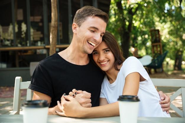 Портрет веселой привлекательной пары, пьющей кофе