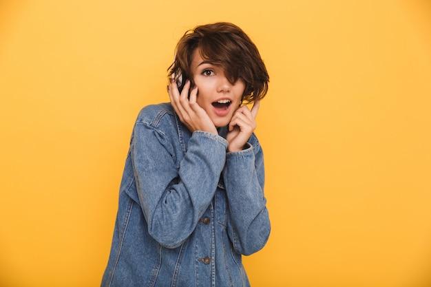 Портрет веселой возбужденной женщины, одетой в джинсовую куртку