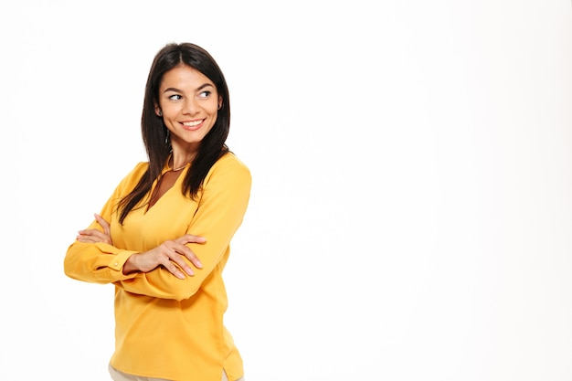 Портрет улыбающейся молодой женщины