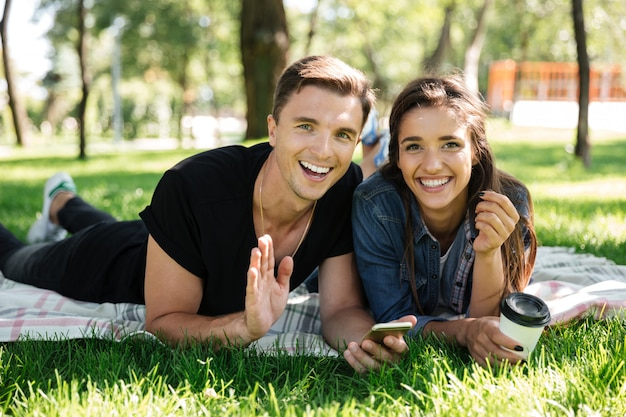コーヒーを飲んで幸せな若いカップルの肖像画