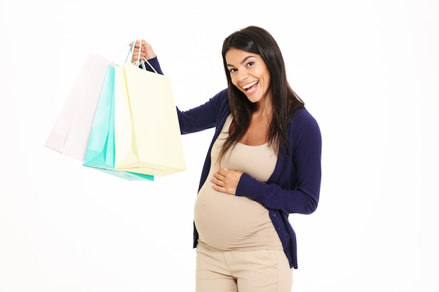 Портрет довольной молодой беременной женщины