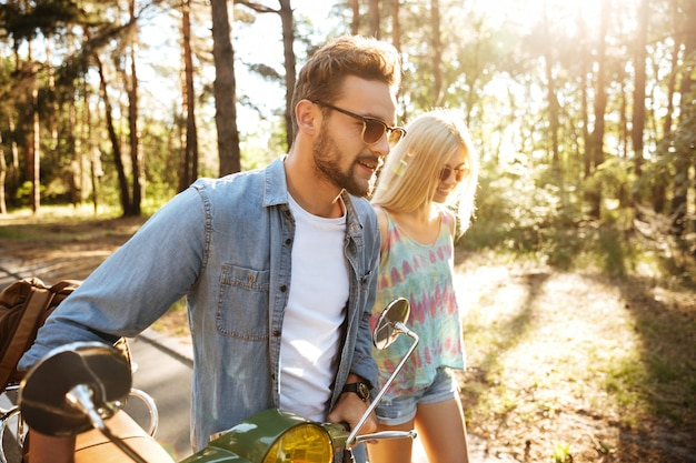 Счастливая любящая пара прогулки с скутер на открытом воздухе