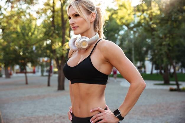 魅力的な強い若いスポーツ女性