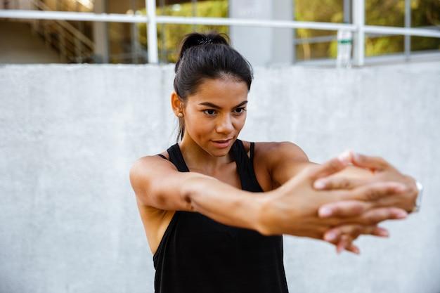 Портрет сосредоточенной женщины фитнеса