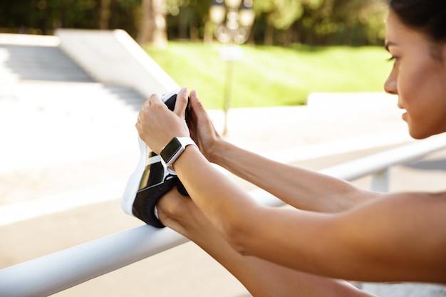 Крупным планом довольно фитнес женщина растяжения ноги
