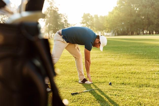 若いゴルフスポーツマンのウォーミングアップ演習