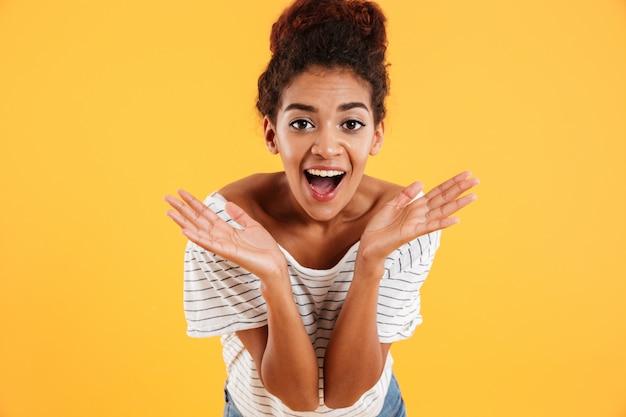開いた口を笑顔で幸せな若い女