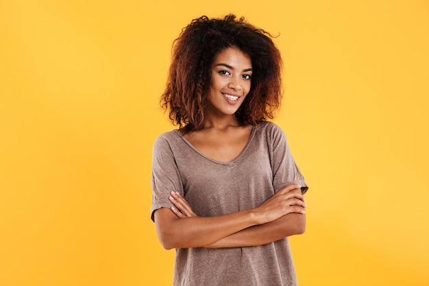 組んだ腕でポーズ笑顔のアフリカ女性