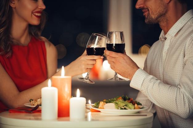 自宅でロマンチックなディナーを持っている恋人のカップル