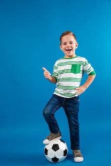 Полная длина портрет улыбающегося ребенка