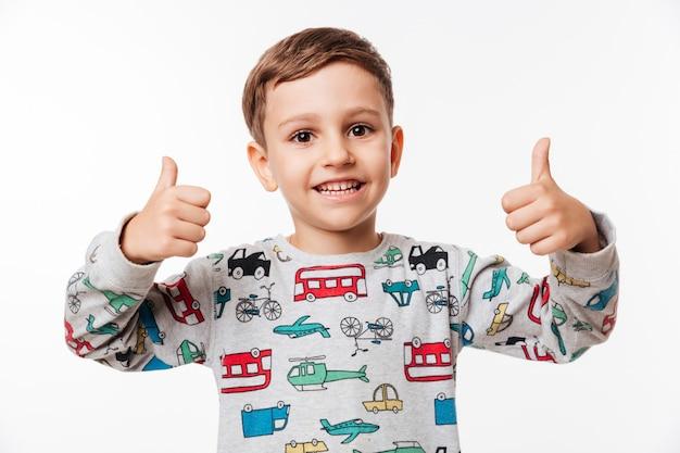 Портрет улыбающегося маленького ребенка, стоящего