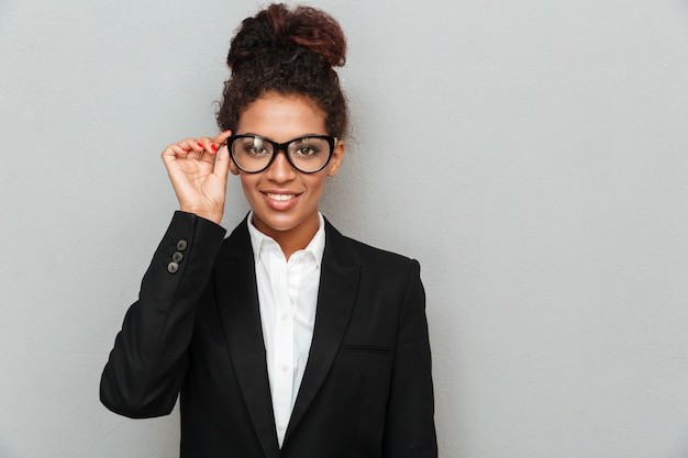 眼鏡をかけている幸せな若いアフリカビジネス女性