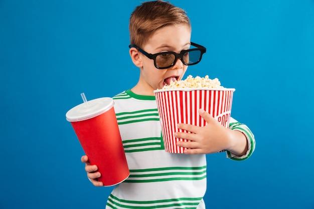 映画を見る準備をして眼鏡の少年