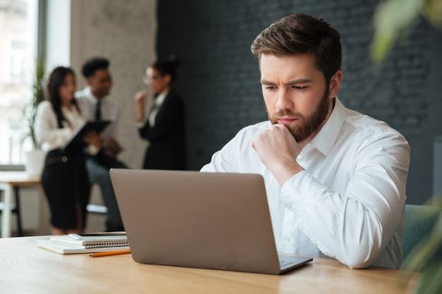 Сконцентрированный молодой кавказский бизнесмен