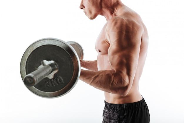 バーベルと強い筋肉スポーツ男トレーニングのビューをトリミング