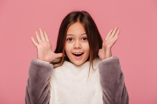 Счастливая девушка с поднятыми руками