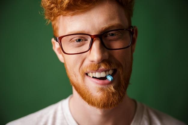 Крупным планом портрет счастливый рыжий мужчина в очках