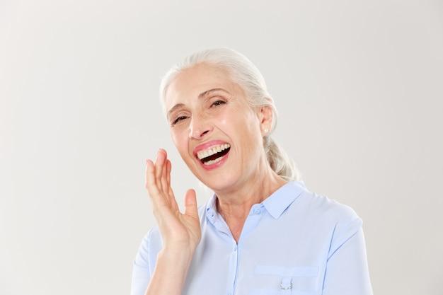Фотография крупного плана смеющейся пожилой женщины