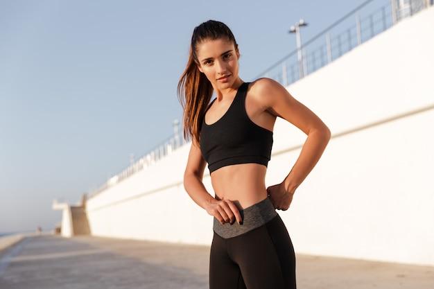 Улыбающаяся фитнес-леди с красивым здоровым телом